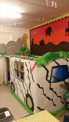 My jungle safari jeep themed role play area.perfect for the little monkeys! Dramatic Play Themes, Dramatic Play Area, Dramatic Play Centers, Safari Party Favors, Safari Theme, Safari Room, Jungle Safari, Book Corner Eyfs, Play Corner