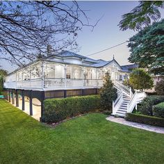 Very expensive Queenslander in Ascot, Brisbane. What a great verandah ❤️ (via ) Queenslander House, Weatherboard House, Side Yard Landscaping, Caribbean Homes, Front Porch Design, Hamptons House, Interior Garden, Australian Homes, Victorian