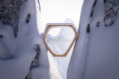 http://www.worldarchitecture.org/architecture-news/cccng/hex-hut-living-capsule-inserted-into-snow-on-the-alps-for-experimental-use.html