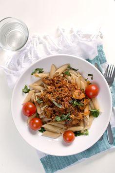 Ännu kommer skördar av zucchini i grönsakskassen vi prenumererar på. Det är verkligen befogat att klia sig i huvudet när du funderar över vad du ska göra av all zucchini – för det kan bli väldigt stora skördar! Tack och lov är zucchinin snäll i smaken och passar i det mesta. Här har jag låtit … Zucchini, Japchae, Recipies, Spaghetti, Lunch, Cheese, Eat, Cooking, Ethnic Recipes