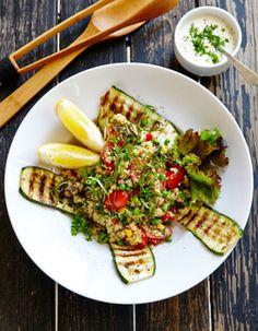 Apetit-reseptit - Couscous-kasvissalaatti on oiva tarjottava isolle joukolle. #vieraillejajuhlaan #kasviksiagrilliin