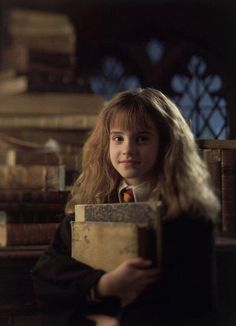 Hermione and her Books ~ Harry Potter and the Sorcerers Stone ~ (Emma Watson) Harry Potter Hermione, Hermione Granger, Fantasia Harry Potter, Saga Harry Potter, Harry Potter Universal, Harry Potter Characters, Harry Potter World, Ron Weasley, Female Characters