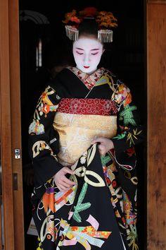 tofuist:  Gorgeous Kimono Miyagawa-cho maiko lady: Fukunae Located: Miyagawacho town, Higashiyama area in Kyoto. byTeruhide Tomori