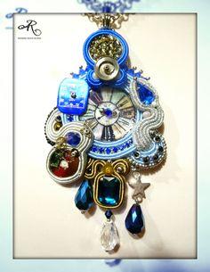 Ciondolo soutache con quadranti e meccanismi di orologi, componente centrale in madreperla, cristalli e strass...