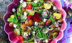 Underbar potatissallad med sockerärtor, rädisor, kapris, fetaost, lök och jordgubbar som är blandat med en ljuvlig örtdressing. Salladen passar utmärkt ti