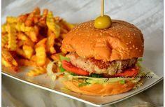 Składniki: 4 bułki do burgerów 0,5 kg mięso mielonego wieprzowo-wołowego 1 jajko sos pikantny z sambalem Fanex sól dodatki: sałata lodowa 2 pomidory szczypiorek sos amerykański Fanex prażona cebulk…