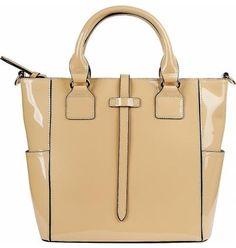 878c8ff40c50 Стильная геометричная сумка из натуральной лакированной кожи бежевого  цвета. Модель предназначена для повседневной носки.