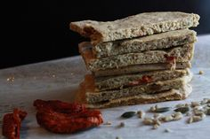 walnut bread with dried tomatoes and rosmarin Baking Recipes, Healthy Recipes, Paleo, Dried Tomatoes, Gluten Free, Cooking, Desserts, Food, Sprouts