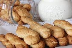 """Biscotti al latte senza uova: semplicissimi da preparare e """"inzupposi"""" come piacciono a me."""