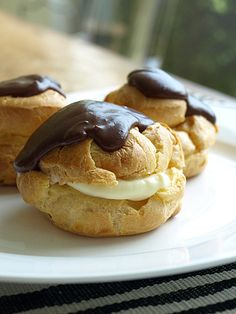 Cream puffs with French custard. Delicate bite-sized desserts are perfect for a vintage cocktail party. French Desserts, Mini Desserts, Chocolate Desserts, Just Desserts, Delicious Desserts, Yummy Food, Chocolate Eclairs, Melted Chocolate, French Food