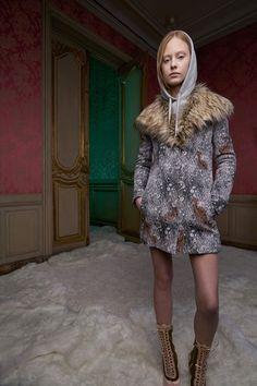 Guarda la sfilata di moda Giamba a New York e scopri la collezione di abiti e accessori per la stagione Pre-Collezioni Autunno-Inverno 2017-18.