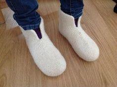 Tangs univers: Sutsko - en meget let model Crochet Socks, Knitting Socks, Free Knitting, Knitted Hats, Knit Crochet, Knitting For Kids, Baby Knitting Patterns, Crochet For Kids, Felt Boots