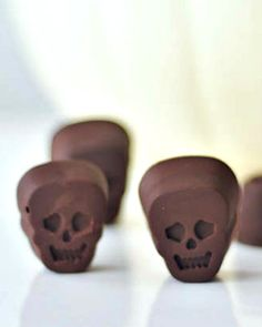 Ginger Wasabi Filled Chocolate Skulls - warmly spicy with sweet ginger and wasabi, these five ingredient rich dark chocolate skulls have a surprise kick in flavor! vegan recipe via @spabettie