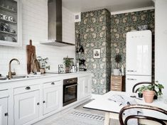 Gravity Home: Bright Scandinavian Apartment with Vintage Kitchen Kitchen Wallpaper, Beautiful Kitchens, Gravity Home, Eclectic Home, Kitchen Room, Eclectic Kitchen, Kitchen Remodel, Eclectic Kitchen Design, Retro Kitchen