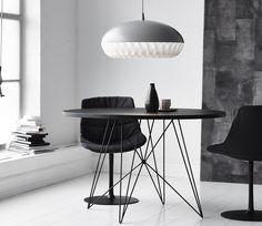 Elegante e contemporaneo, il colore nero per tavolo e sedie è di grande impatto grafico. Anche in piccoli spazi, in un angolo del living come in cucina, le superfici scure sono scenografiche. Nella foto il tavolo rotondo in versione mignon con base