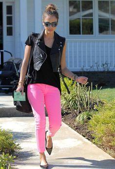 jessica-alba-street-outfit- neon bright pink skinny jeans pants- black leather biker vest- blue leopard print sunglasses