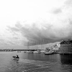 Un pescatore ritorna in porto prima dell'arrivo del temporale - Gallipoli (LE)