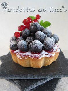 J'en reprendrai bien un morceau...de cette Tartelette aux Cassis ! Mini Desserts, French Cookies, Delicious Fruit, Yummy Yummy, Tasty, Christmas Party Food, Sweet Pastries, Fruit Tart, Love Eat