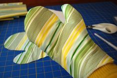 How to make oven mitt pattern craft idea and free project tutorial...this one looks a little more sturdy
