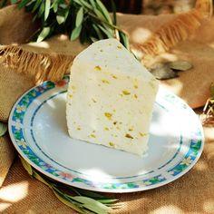 ¿Conocéis nuestro queso de oveja tierno con pistachos? Esta elaborado con leche pasteurizada de oveja y además contiene todos los beneficios que le aporta este fruto seco.