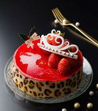 プリンセス ド ノエル ティアラとヒョウ柄が印象的なクリスマスケーキ☆ バニラムースの中にベイクドチーズケーキを入れ、 上面は苺でコーティングしてキラキラに仕上げ。