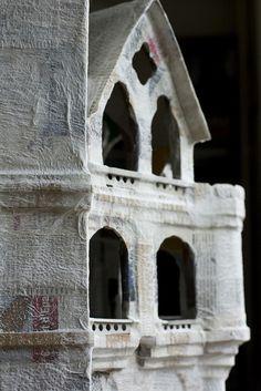 papier maché castle---cool way to build a dollhouse! Cardboard Dollhouse, Haunted Dollhouse, Cardboard Art, Victorian Dollhouse, Modern Dollhouse, Dollhouse Miniatures, Paper Clay, Diy Paper, Paper Art
