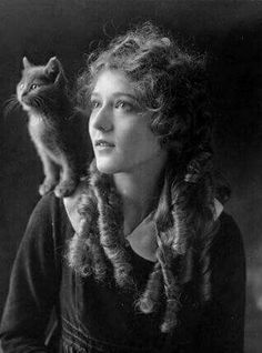 Mary Pickford, son chien et son chat. Potnia Theron, Creepy Photos, Mary Pickford, Photocollage, Cat People, Vintage Dog, Vintage Movies, Silent Film, Vintage Pictures
