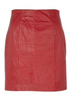 """""""Falda de cuero roja"""".  Que el rojo opta a ser el color de la temporada es algo que, a estas alturas, es innnegable. ¡Y está genial! Porque es un color favorecedor, sensual y eleva cualquier look con una pincelada de pasión. Así que esta falda de cuero de talle alto en deep red de River Island (ver precio) es un auténtico flechazo que conquista el día -la imaginamos combinada con una camisa Oxford y slippers- y también la noche -sumada a prendas dark y altísimos stiletto-.  Fuente: vogue.es"""