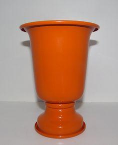 Vaso Alumínio P Laranja Ref: VAA02 Dimensões (cm): 18 altx 13 diam Material: alumínio Cor: laranja Qtde disponível: 2 Valor por peça: R$ 4,00