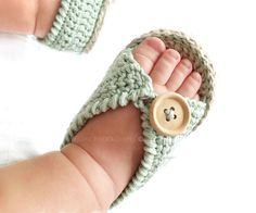Sandalias de crochet de bebé MINT - Sandalias de Crochet de bebé MINT – Patrón y tutorial DIY - Crochet Baby Sandals, Knit Baby Booties, Booties Crochet, Crochet Baby Clothes, Crochet Shoes, Knit Baby Shoes, Boy Shoes, Knitted Baby, Hat Crochet