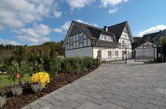 Die nuancierten Farben der Pflastersteine KANN Germania antik unterstreichen den natürlichen Charme der rustikalen Oberflächen und vertiefen so noch die robuste bodenständige Wirkung dieses Pflasters.