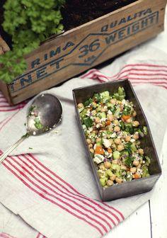 Ensalada de garbanzos, pepino y hierbas frescas: tres veces al día Chicken Salad Recipes, Healthy Salad Recipes, Veggie Recipes, Vegetarian Recipes, Healthy Lunches, Healthy Chicken, Healthy Cooking, Cooking Recipes, Eating Healthy