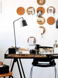 Utilizar los salvamanteles de corcho HEAT de IKEA como divertidos corchos de pared para un escritorio