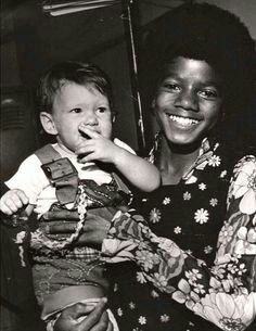 Here's a variety of pictures and/or photos of our very unique, funny & handsome king: Michael Jackson! ❤ If you ever want to come across photos in which are hi. The Jackson Five, Jackson Family, Mike Jackson, Beautiful Person, Beautiful Smile, Funny Photos Of People, Michael Jackson Smile, The Jacksons, Childrens Hospital