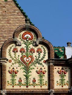 Kiskunfélegyháza: Városháza részlet a homlokzatról. City Hall of Kiskunfélegy Halle, Hungary, Big Ben, Art Nouveau, Europe, Island, World, Building, Tiles