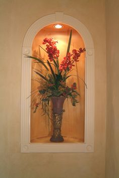 Fill the niche with flowers Art Niche, Niche Decor, Wall Decor, County Kitchen Ideas, Living Room Under Stairs, Wall Niches, Wall Nook, Home Interior Design, Interior Decorating
