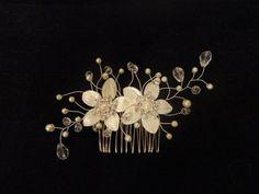 Peigne mariée mariage bijou de cheveux fleurs de satin par Zalanya, $39.00