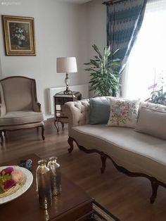 Salonunu tasarlarken, uzunca araştırmaların sonucunda, pek çok evden aldığı ilhamları kendi zevkine göre yorumlayan Serap hanım, belki yıllar boyu kullanılacak mobilya ve aksesuarları seçmenin zorlukl...