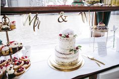 Standesamtliche Hochzeit im Ermeler Haus mit Saxophonmusik. Die Feier des Brautpaares fand auf einem gemütlichen Holzboot und grandioser Hochzeitstorte von süßeflora statt.  #berlinweddings #hochzeit #brautkleid #lebendigehochzeitsfotos #hochzeitsfotografberlin #hochzeitsfotografie #berlin #sommerhochzeit #hochzeitsinspiration #hochzeitsfotos #lebendigehochzeitsfotos #hochzeitsreportage #brautstyling #jawort #hochzeitsboot #hochzeitsfeieraufderspree #ermelerhaus #hochzeitstorte #süsseflora Flora, Table Settings, Civil Wedding, Newlyweds, Wedding Cakes, Wedding Photography, Celebration, Bridle Dress, House