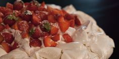 Pavlova alle fragole e panna / Pavlova with strawberries and whipped cream