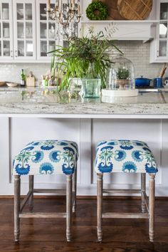 This is another fun sewing project that was pretty quick and easy. I used this beautiful Justina Blakeney Crypton Home Indigo fabric from Calico. It is liquid and stain resistant so it's perfect for the kitchen. #ad #Calico #CalicoCanDo