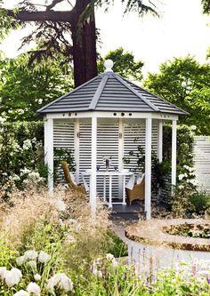 Valitse romanttiseen puutarhaan kukkivia köynnöksiä, perennoja ja viehkosti kahisevia koristeheiniä. Älä unohda tyylikkäitä koristeita.