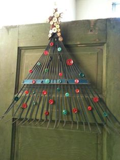 Diy rake & button tree door hanging--- I could probably do this.would make a great Christmas decoration to substitute a wreath. Redneck Christmas, Noel Christmas, Winter Christmas, All Things Christmas, Christmas Ornaments, Vintage Christmas, Button Ornaments, Frugal Christmas, Outdoor Christmas