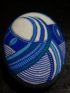 198, Galet peint à l'acrylique dans des tons bleu, blanc. : Peintures par vague-a-l-art Pebble Painting, Dot Painting, Pebble Art, Stone Painting, Painted Rocks, Hand Painted, Stone Gallery, Sticks And Stones, Shell Art