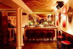 Underground Rococo-style cocktail bar inspired by Marie Antoinette. Inspired from the Queen of France's private chambers in Le Chateau de Versailles, le boudoir offers Live music, food and craft cocktails in a stunning century setting. Tucson Hotels, French Cocktails, Boudoir, Tiki Lounge, Brooklyn Heights, Oyster Bar, French Bistro, New York, Rococo Style