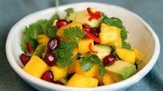 Mango, avokado og granateple gir flotte farger og mye god smak til salaten. Lise Finckenhagen serverer mangosalaten til ovnsbakt laks.