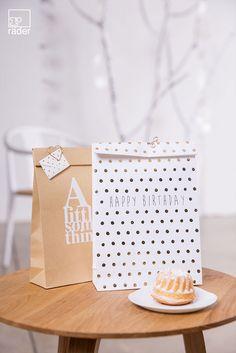 Paper & Poetry. Geschenktüten. Design: Lüffe 2er Set. Material: Papiertüten aus weißem oder Natronpapier, mit gerader Oberkante und Heißsiegelung auf Vorder- und Rückseite in weiß (auf Natronpapier) oder gold (auf weißem Papier). Maße: 18 x 30 cm. UVP: 3,95 EUR