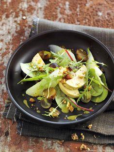 Salade d'automne au foie gras, poire et raisin - Découvrez comment réaliser facilement une recette de salade d'automne au foie gras, poire et raisin en suivant les étapes simples de notre préparation. Une délicieuse entrée qui plaira à tous! Cooking Recipes, Healthy Recipes, Vinaigrette, Lunches, Pasta Salad, Entrees, Food Porn, Veggies, Appetizers