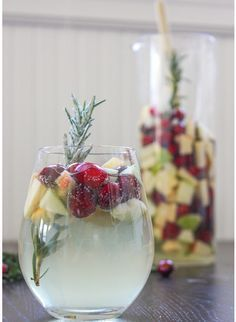 Cocktail di Natale Sangria bianca Mirtilli e Rosmarino