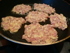 Kuřecí placičky 500g kuřecího nebo krůtího masa smíchejte s 100g libovolného sýra dle vaší chuti (zkusila jsem Nivu nahrubo nastrouhanou, bylo to velice dobré), 2 vejce, 3 lžíce majonézy, 2-3 lžíce škrobové moučky, sůl, pepř a případně další koření dle chuti...